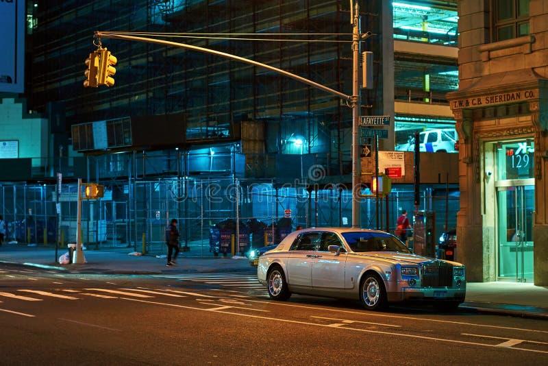 Rolls-Royce Phantom VII, en normalformat lyxig salongsedanbil som parkeras på nattgatan i New York City royaltyfri fotografi