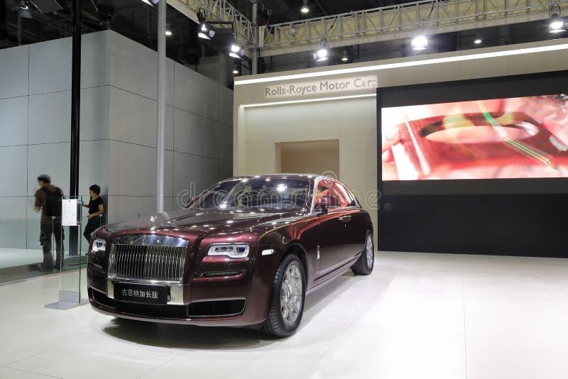 Rolls royce vermelha, fantasma estendeu a distância entre o eixo dianteiro e traseiro fotos de stock royalty free