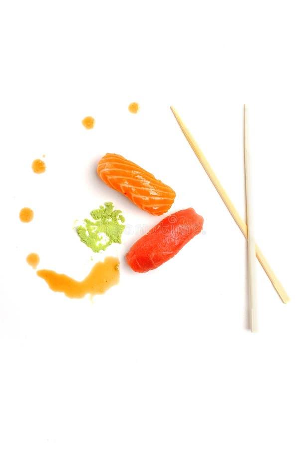 Rolls, sushi- och wasabisås på en vit bakgrund Idérikt begrepp av snabbmat Bästa wiev kopiera avstånd arkivfoton