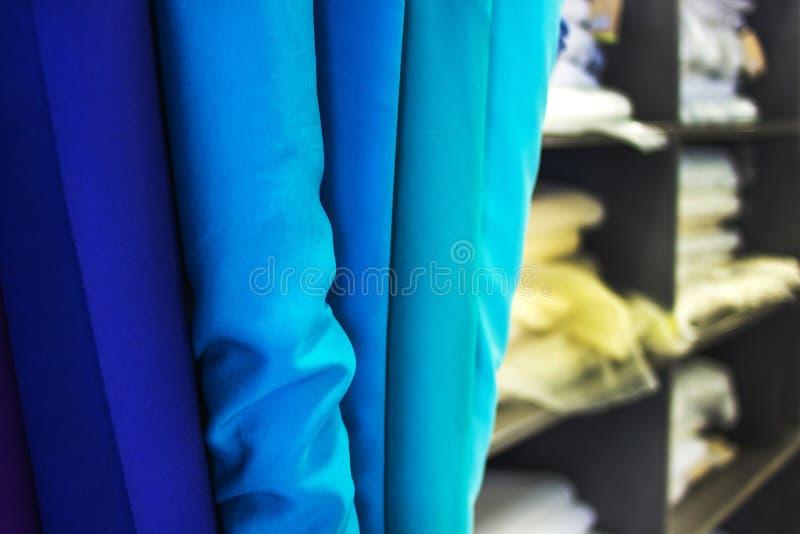 Rolls tan сини тканей Стойл рынка ткани стоковое фото