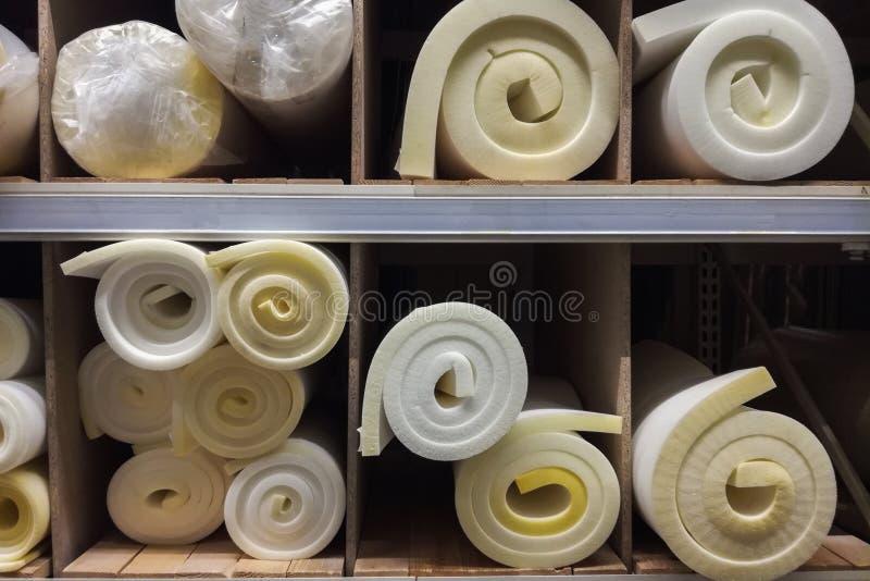Rolls vit och gul f?r skumgummi f?r byggnad f?r material textur Polystyren som f?rseglar bakgrund f?r skumarkyttersida royaltyfri foto