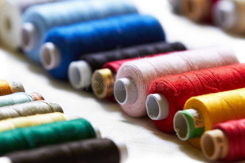 Rolls von Baumwolle benutzt für das Nähen stockbild