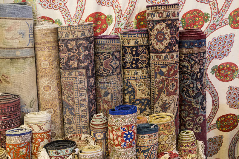 Rolls von Teppichen und von Wolldecken lizenzfreies stockbild