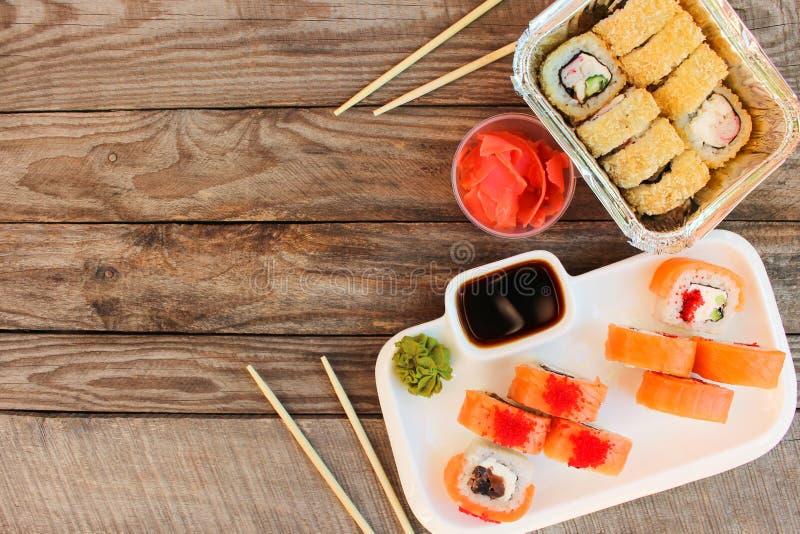 Rolls, wasabi, salsa di soia, zenzero sulla tavola fotografia stock libera da diritti