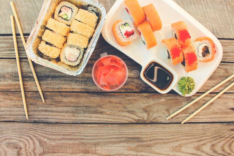 Rolls, wasabi, salsa di soia, zenzero sulla tavola fotografie stock