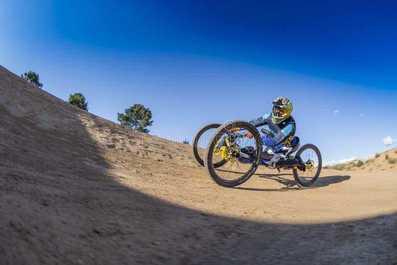 Rollstuhl-abschüssiger Reiter Schmutzfahrrad weelchair Behinderter Sport lizenzfreies stockbild