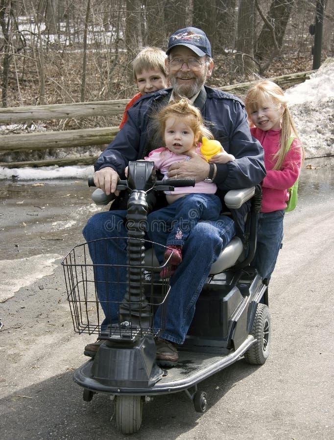 Rollstuhl-Fahrt mit Großvater lizenzfreies stockbild