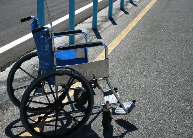 Rollstuhl im Parkplatz stockbilder