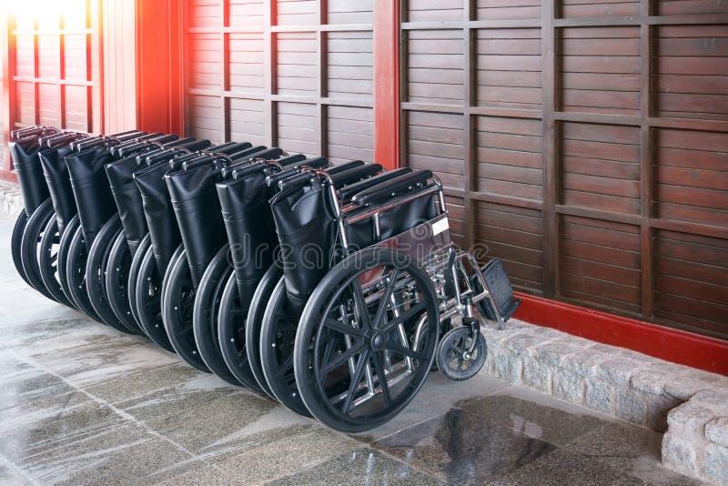 Rollstuhlservice für den Touristen, Rollstühle bereiten vor, um physikalisch herausgeforderte Reisende aufzuheben lizenzfreie stockfotos