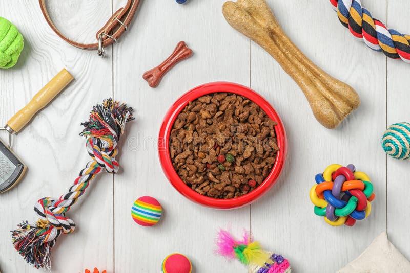 Rollt mit Lebensmittel für Katze oder Hund und Zubehör stockbilder