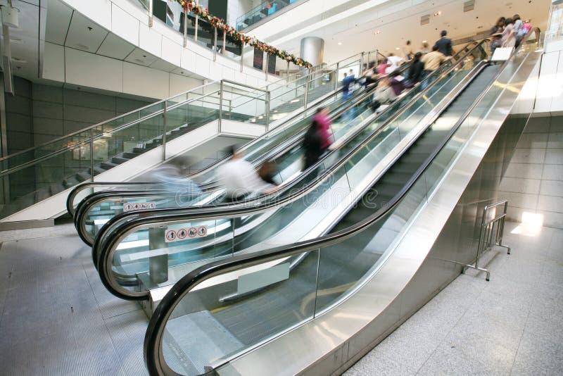 Rolltreppe im Bürohaus stockfotografie