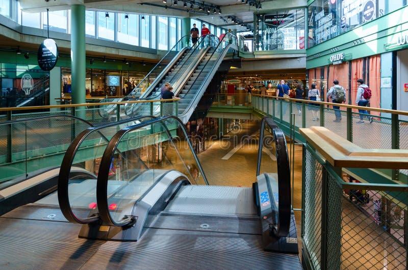 Rolltreppe im großen modernen Einkaufszentrumbikini Berlin, Berlin, Deutschland lizenzfreies stockfoto
