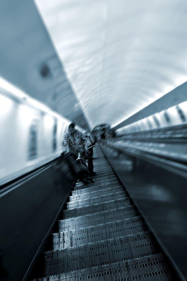 Rolltreppe mit Leuten stockfotos