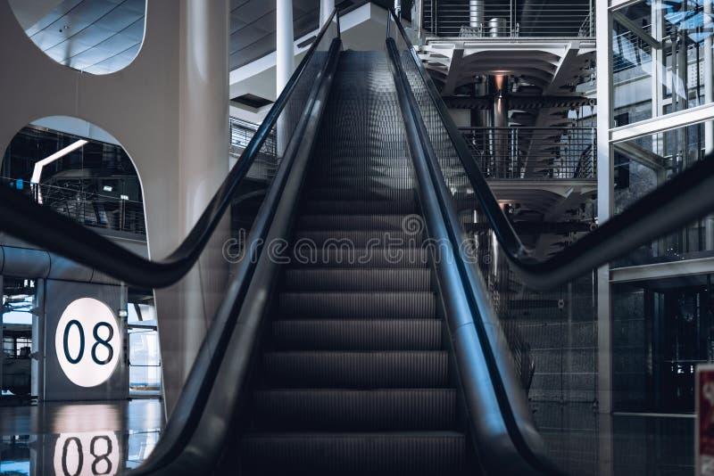 Rolltreppe in Porto-Flughafen nahe Flugsteig 8 lizenzfreie stockfotos