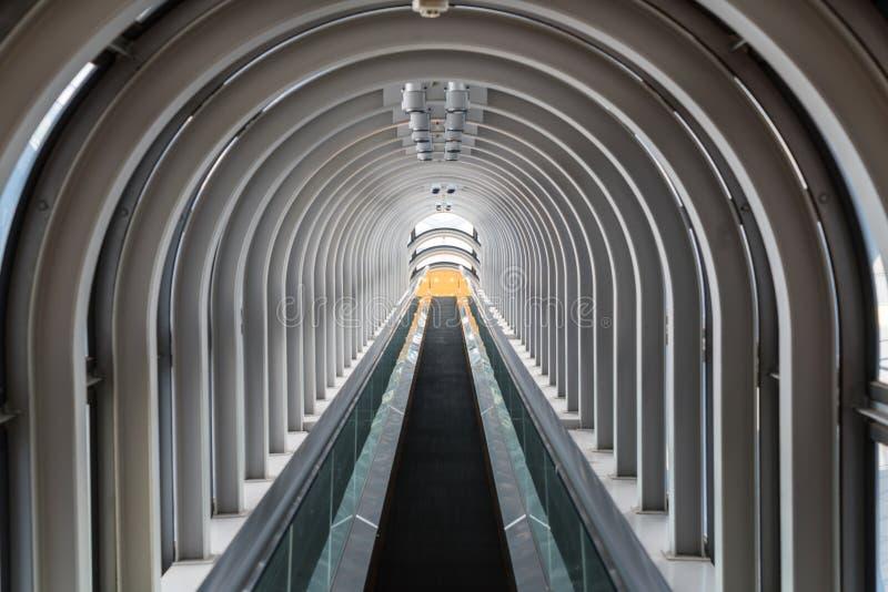 Rolltreppe, Umeda-Himmel-Gebäude, Osaka lizenzfreie stockbilder