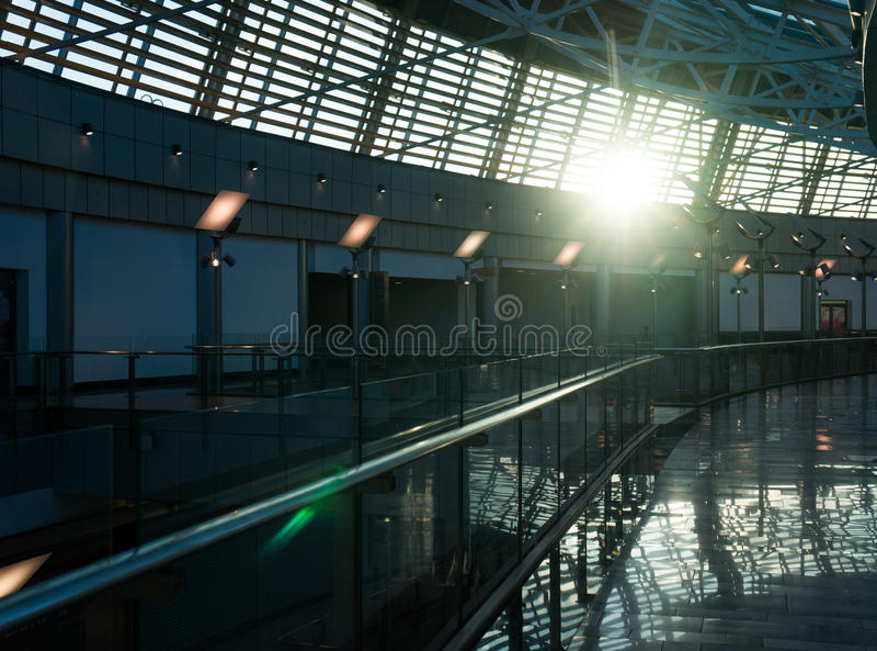 Rolltreppe und Glaskuppel unter dem Himmel mit blauem Ton stockbilder