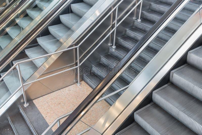 Rolltreppen und Treppe in einem Einkaufszentrum lizenzfreie stockbilder