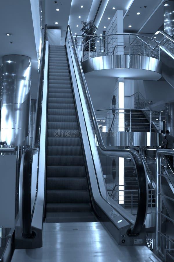 Rolltreppen und Treppen, Domoded stockbild
