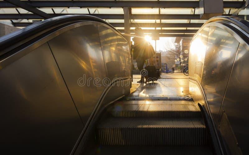 Rolltreppentreppe, die steigen und warmes Sonnenaufganglicht stockbild