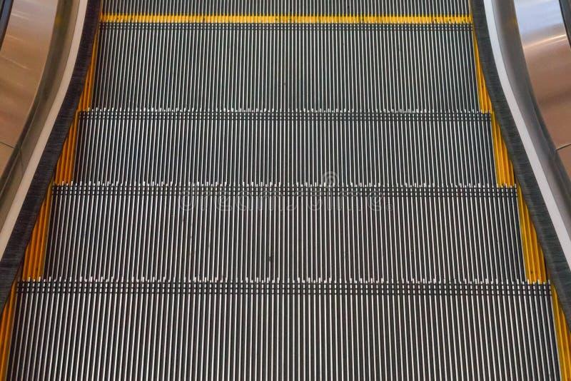 Rolltreppentreppenhaus, das in Einkaufszentrum sich bewegt stockfoto