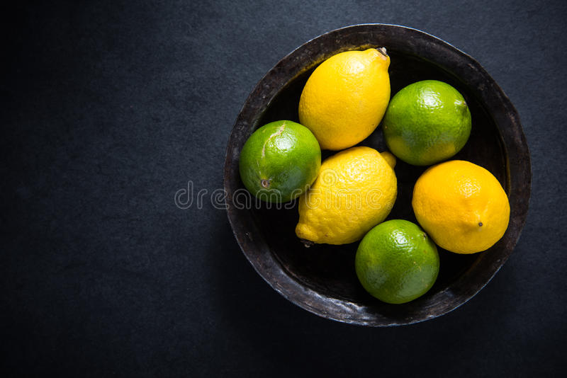 Rolna świeża cytryny i wapna owoc w nieociosanym pucharze obrazy royalty free