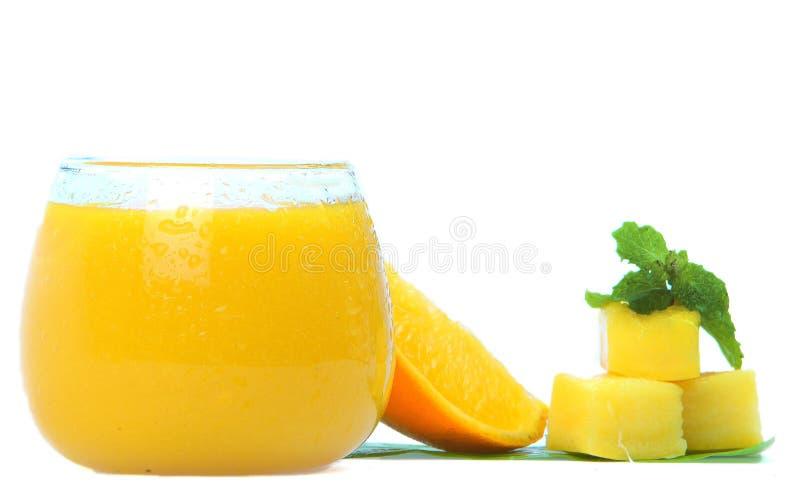 Rolne świeże pomarańczowe owoc z chłodno sokiem w szkle fotografia royalty free