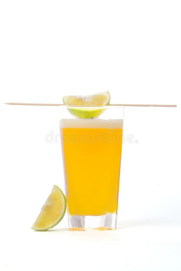 Rolne świeże pomarańczowe owoc z chłodno sokiem w szkle obraz stock