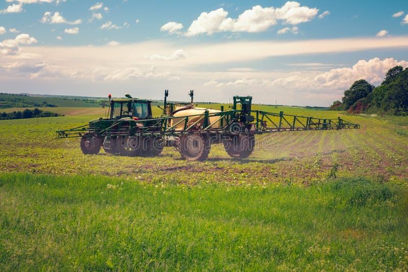 Rolnej maszynerii opryskiwania flit rolniczy pole fotografia stock