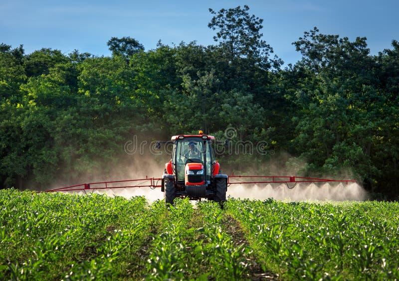 Rolnej maszynerii opryskiwanie przy flitem obraz royalty free
