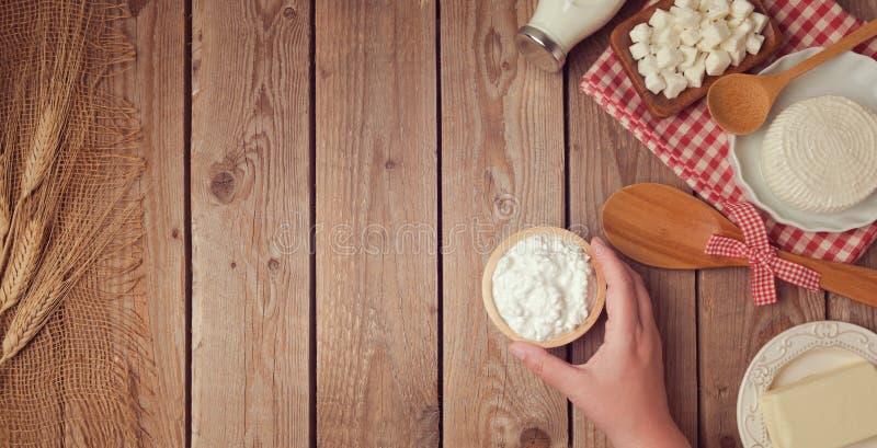Rolni świezi nabiały na drewnianym tle jeść zdrowo pojęcia zdjęcie stock