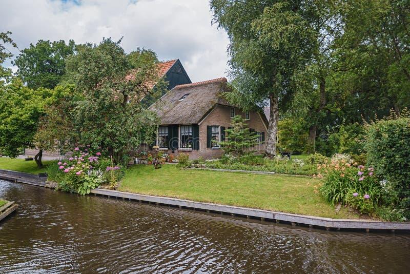 Rolni domów stojaki między kanałami w Holenderskiej wiosce Giethoorn, holandie fotografia royalty free