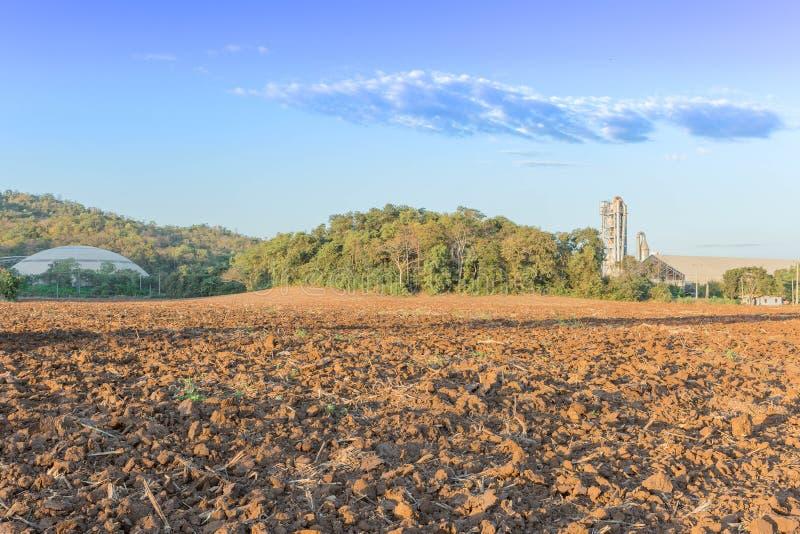 Rolnictwo teren na fabrycznym tle obraz royalty free