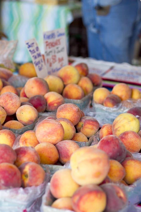 Rolnicy Wprowadzać na rynek brzoskwinie zdjęcie stock