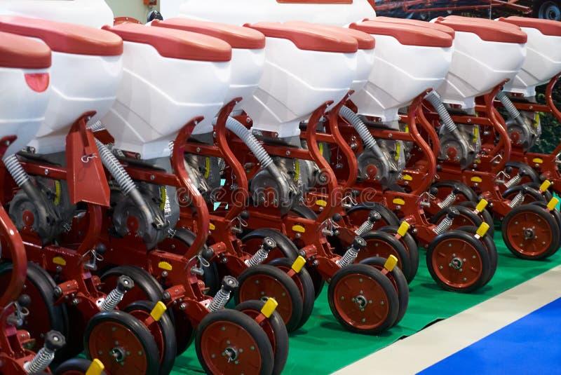 Rolnicza maszyneria dla irygacji i użyźniacz w agro wystawie robimy zakupy obraz stock