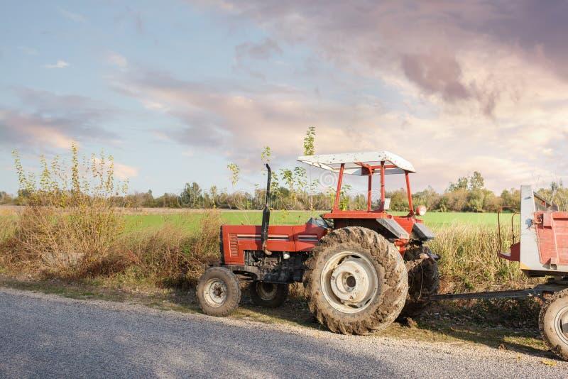 Rolnicza maszyneria w pierwszoplanowym niosący out pracę w polu zdjęcia royalty free