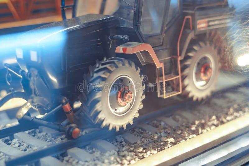 Rolniczego ciągnika zabawkarskie i zbierać pszeniczne adra zdjęcia stock