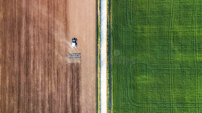 Rolniczy krajobraz od powietrza Rolna maszyna na polu Zbierać na polu ciemne chmury błękit nieba pola white drogowego Odgórny wid zdjęcia royalty free