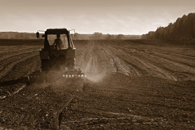 rolniczy uprawowy gruntowy ciągnik zdjęcie royalty free