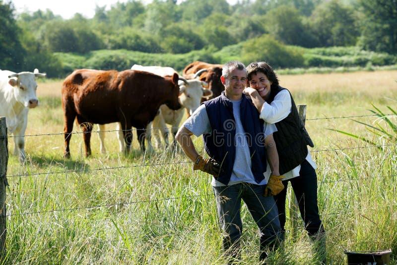 Rolnik i żona w polu zdjęcia stock