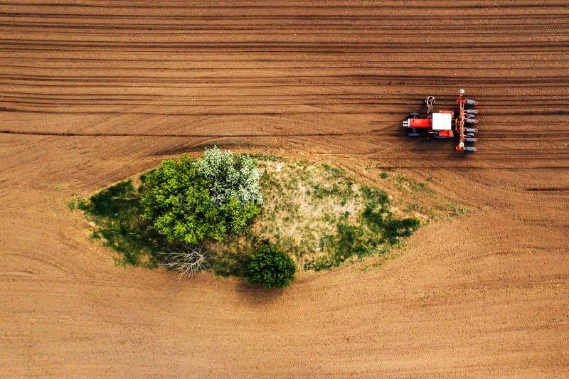 Rolnik i ciągnik z ikrzakiem od trutnia pov zdjęcie royalty free