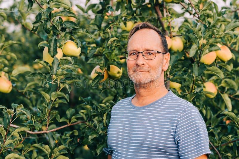 Rolnik pozujący się sadu jabłkowego obrazy stock
