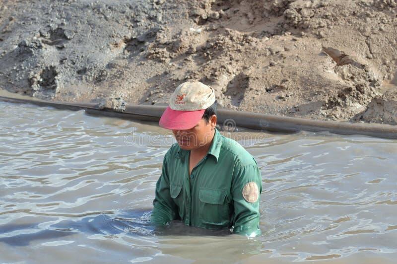 Rolnik uprawia ziemię w Wietnam przygotowywa jego staw dla garneli zdjęcia stock