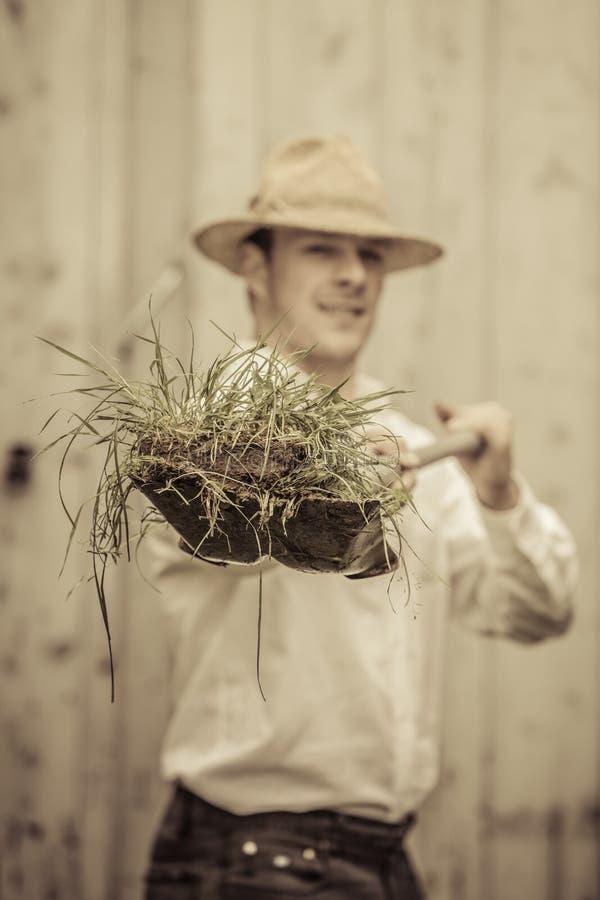 Rolnik z łopatą Pełno trawa zdjęcie stock