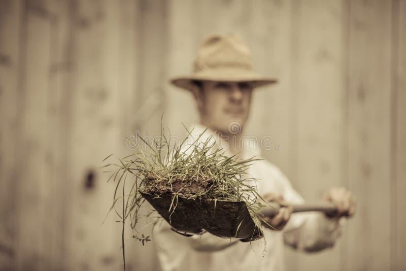 Rolnik z łopatą Pełno trawa obraz stock