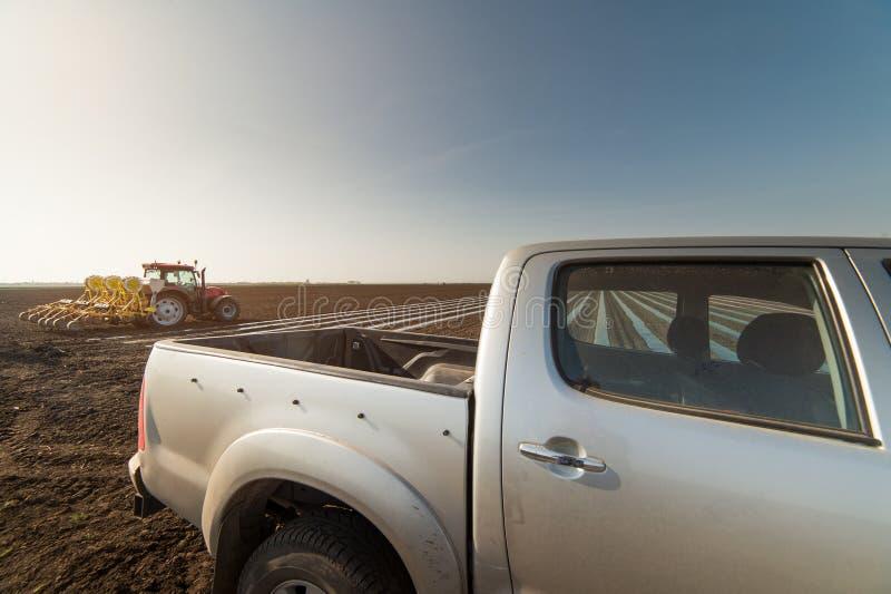 Rolnik z ciągnikowym obsiewaniem - suv offroad pojazd na polu obrazy stock