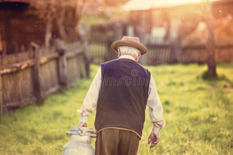 Rolnik z dojnym czajnikiem obraz stock