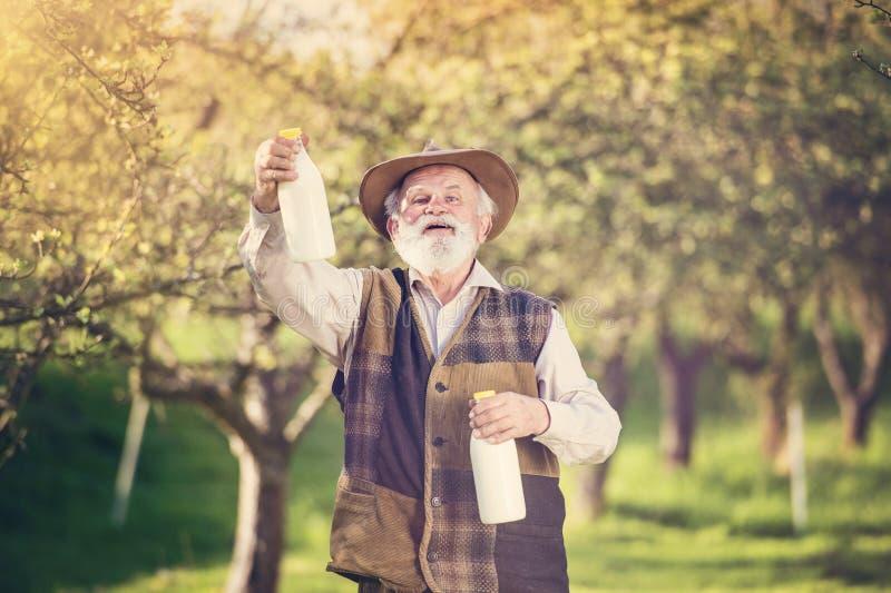 Rolnik z dojnymi butelkami obrazy stock