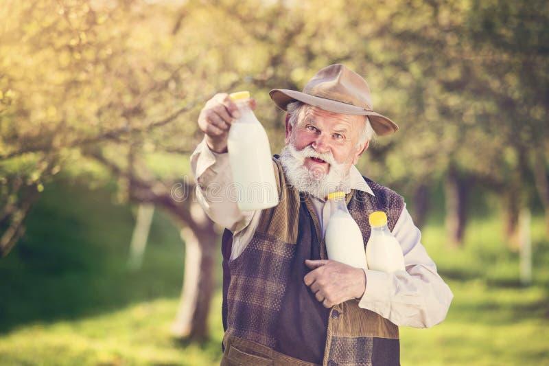 Rolnik z dojnymi butelkami obrazy royalty free