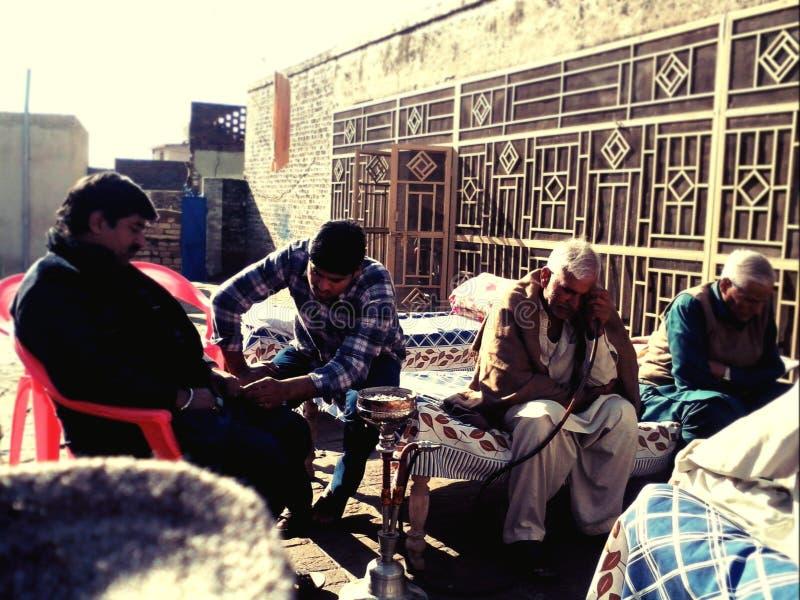 rolnika śródpolny życia mężczyzna grabije słomianą wioskę fotografia royalty free