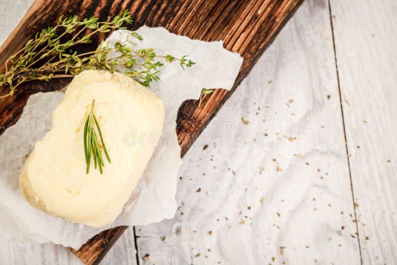 Rolnika naturalny masło domowej roboty zrobi Blok ?wie?y mas?o na drewnianej tn?cej desce Odg?rny widok Uwalnia przestrze? dla tw obraz stock